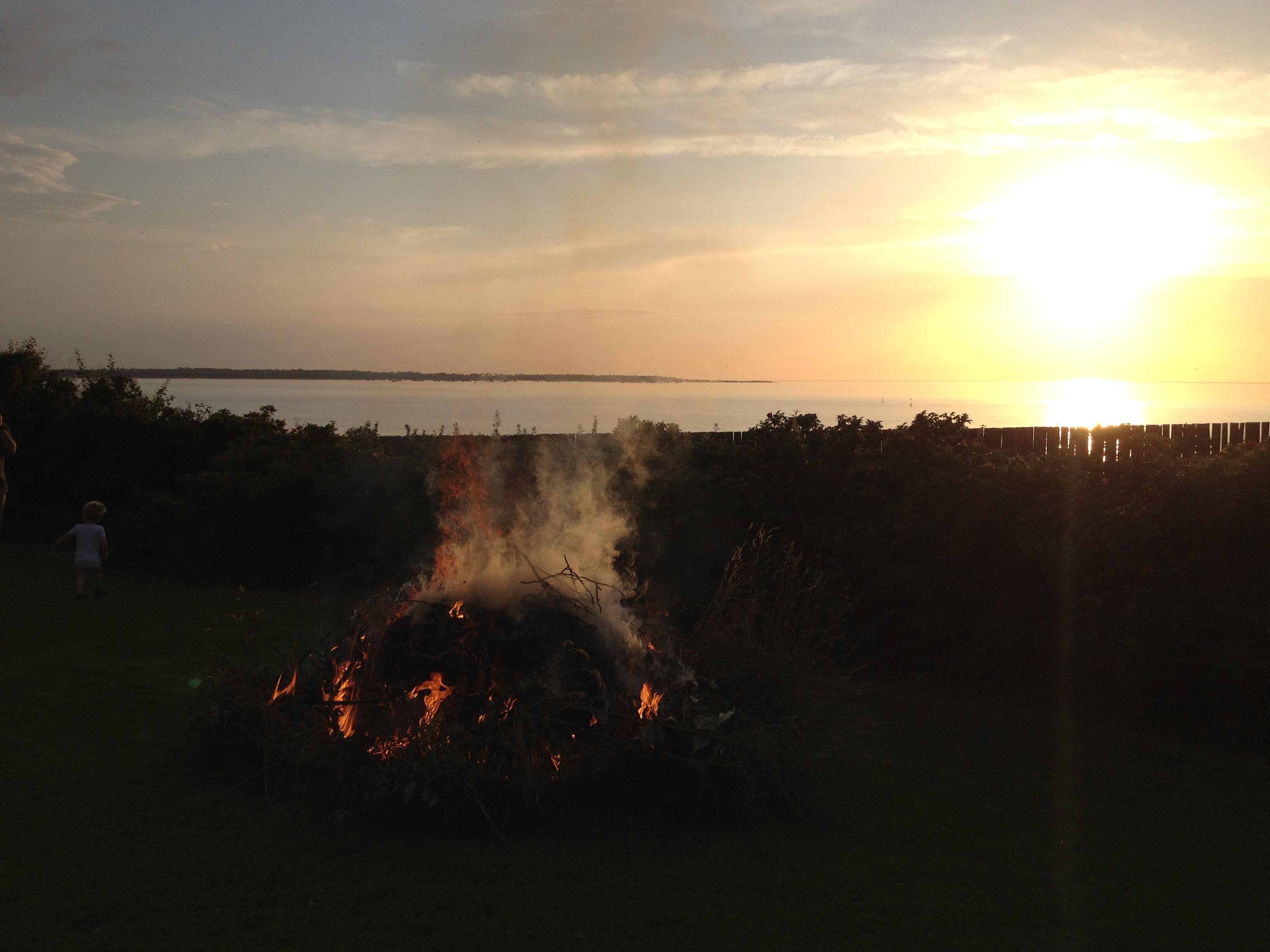 6 3. Bål ved solnedgang